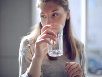 vand pige drikke glas