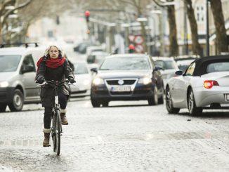 Kvinde i kryds, ældre kvinde, vinter, sne, kulde, Kongens Lyngby, Danmark