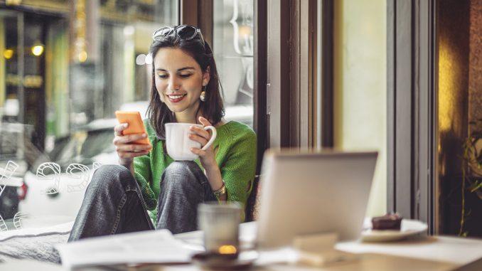 kaffe pige kvinde glad kontor computer hygge