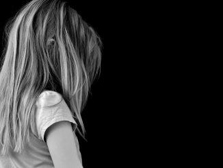 pige trist ked af det barn offer