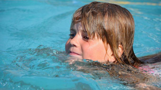 pige barn svømmer